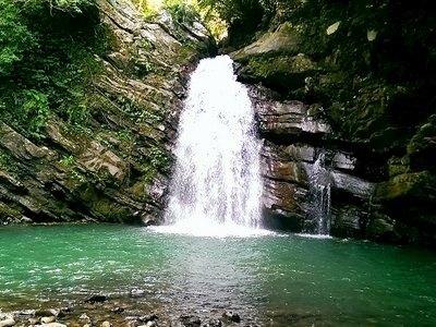 位於庫志溪中游的鐵木瀑布終年水量豐沛
