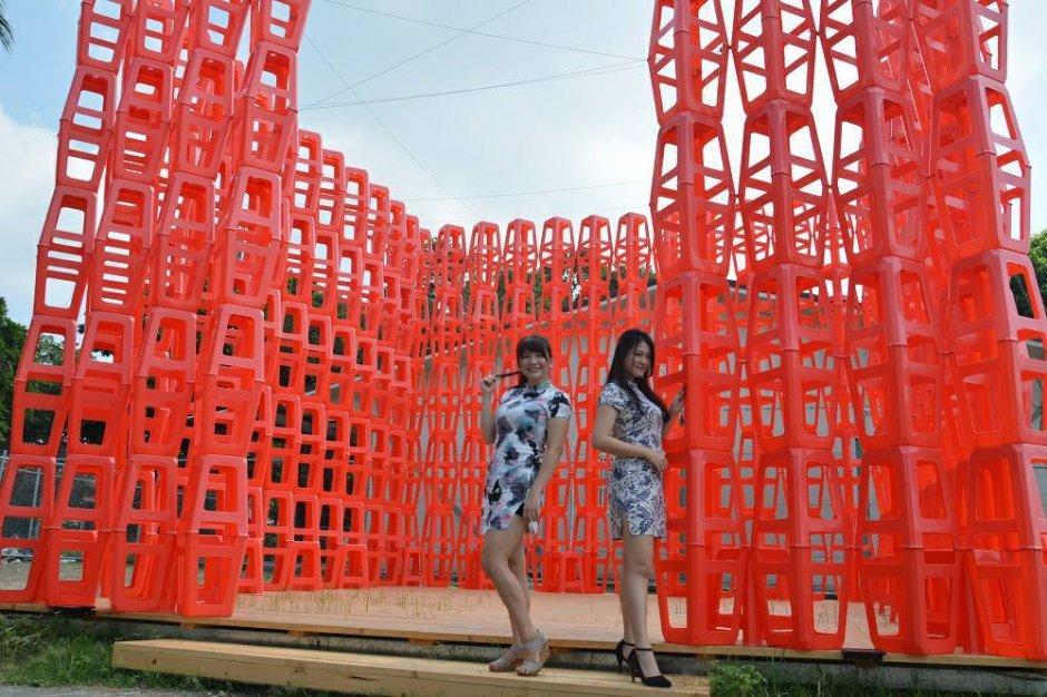 作品「圍盧」。藝術家利用紅色塑膠椅組成一個凳塔
