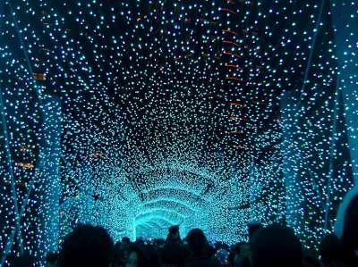 夜晚走在〈新北歡樂耶誕城〉的燈飾下更顯浪漫