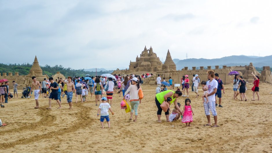 寬闊的福隆海水浴場遍布大型沙雕作品