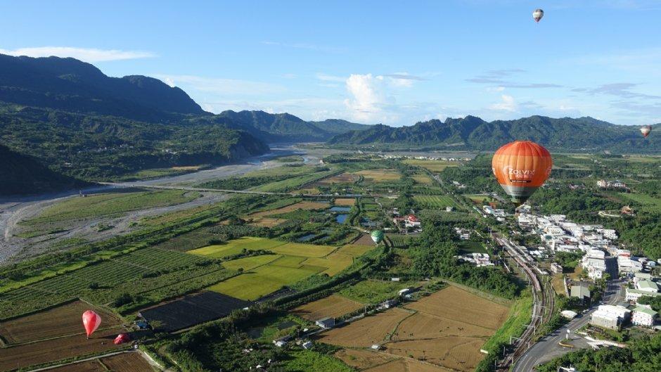 搭著熱氣球飛上天,看見台東的好山好水