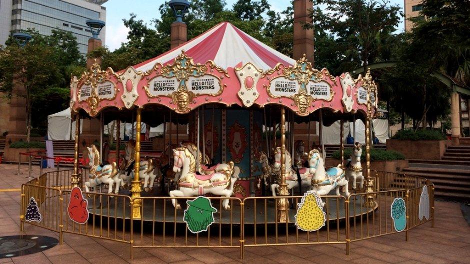 戶外的旋轉木馬是許多小孩喜歡的遊樂設施