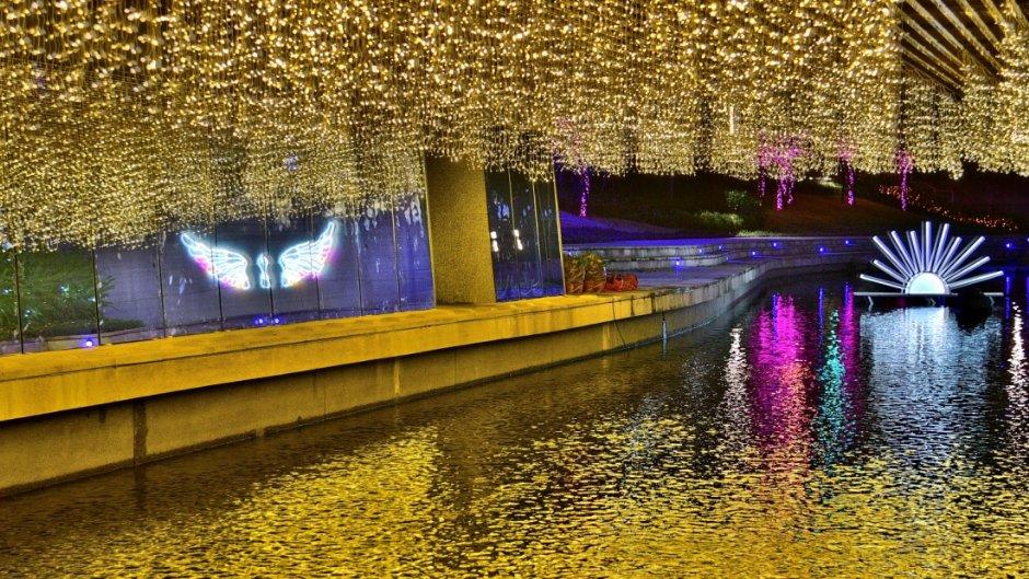 柳川光景藝術作品與水中倒影相呼應