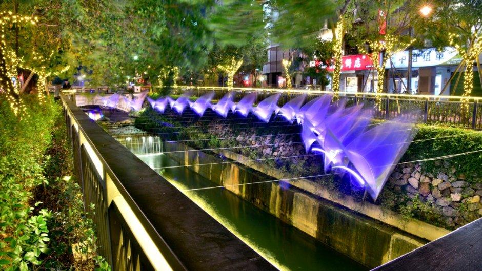 綠川光景藝術作品讓河岸夜晚更美麗
