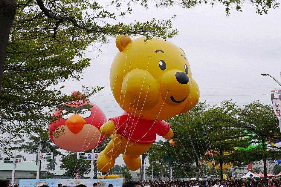 高雄OPEN大气球游行  到梦时代和KITTY、马来貘相见欢