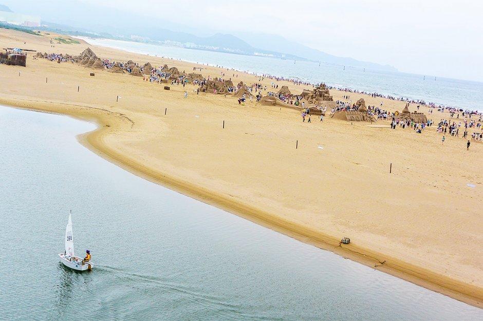 福隆海水浴場上將佈滿各國好手的沙雕作品