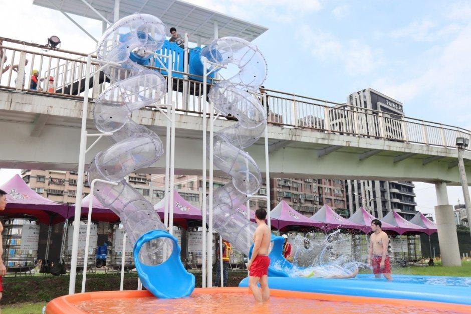 高達6米、長17米的透明水滑梯