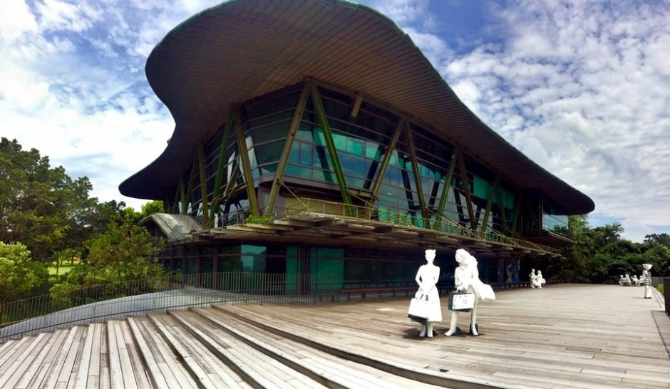雲門劇場充滿綠意與藝術品