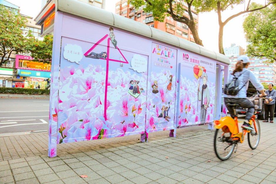 杜鵑花季期間台北市公車亭也洋溢繽紛春色