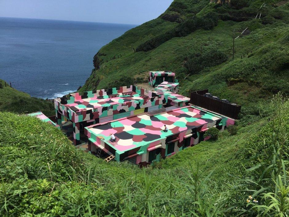 加入粉色的聽濤營區讓軍用迷彩變得柔和