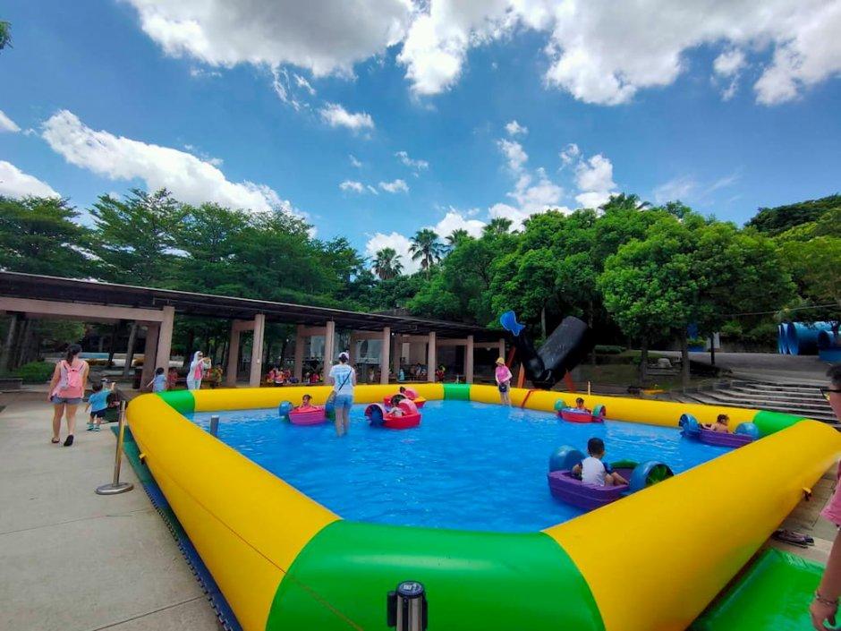 親水節開幕當日特別在戲水池內設置兒童手搖船