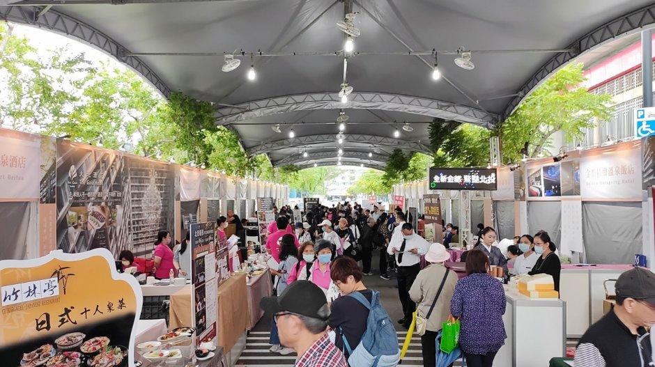捷運新北投站旁的七星街封街設置多元展攤