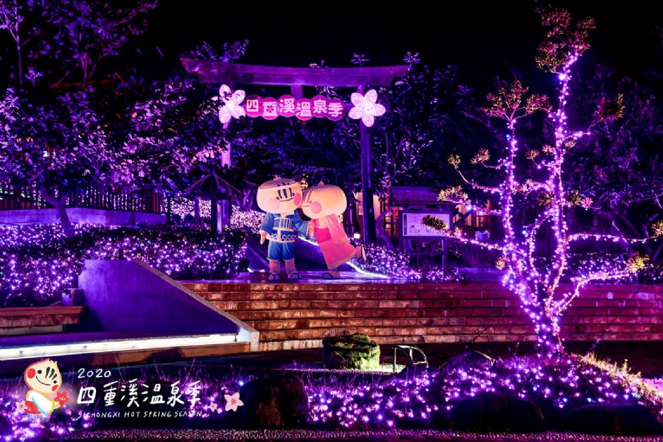 桃紅燈飾也讓屏東觀光大使葱寶與葱娃感覺相當浪漫