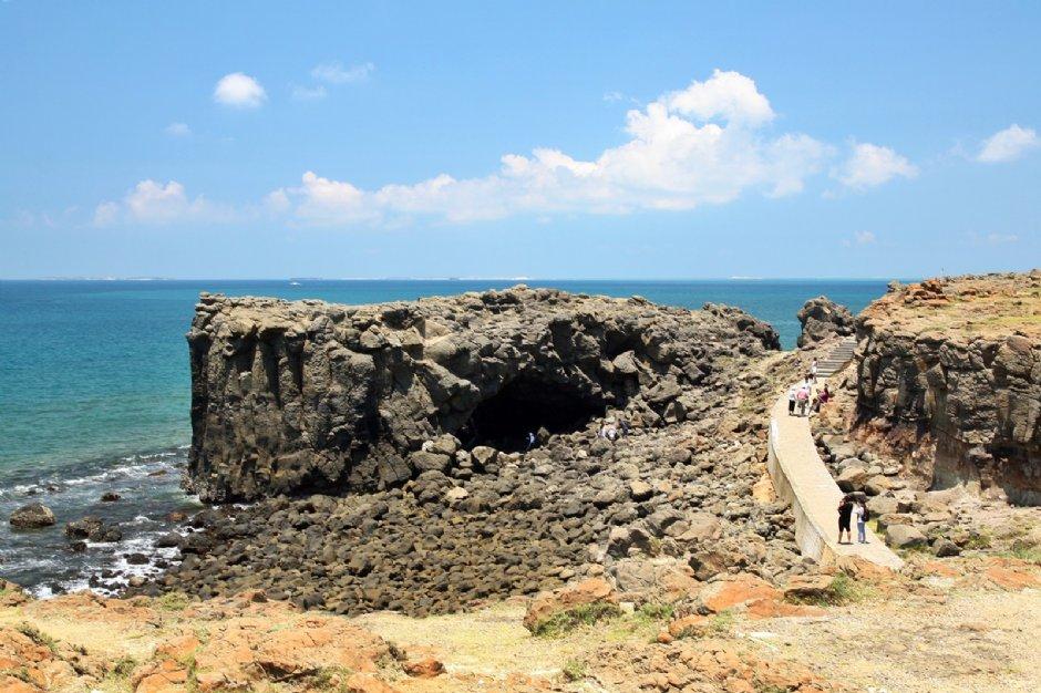 鯨魚洞位於西嶼鄉北端,是相當特殊的海蝕地形