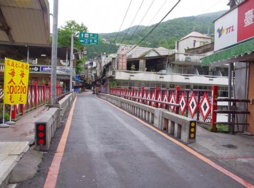 烏來老街-商店街上的小橋充滿濃濃原民風