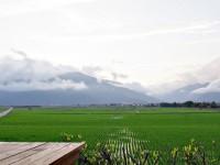 伯朗大道遠方山巒層疊<br/> 攝影:Eva隨手拍
