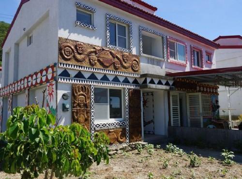嘉蘭部落-房子外牆上擺放獨具特色的木雕