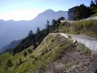 緊鄰山坡的步道<br/> 攝影:老山羊部落格