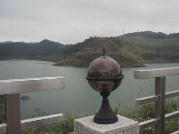 新山水庫-欄旁望水