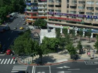 俯瞰東區街道及地下街入口<br/> 攝影:Eva隨手拍