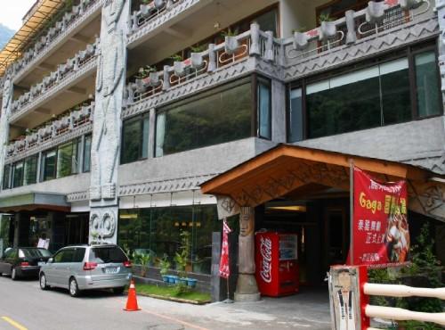 烏來溫泉-建築外牆盡是原民風