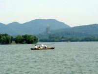 一帆輕舟悠遊浩瀚西湖<br/> 攝影:余錫堅