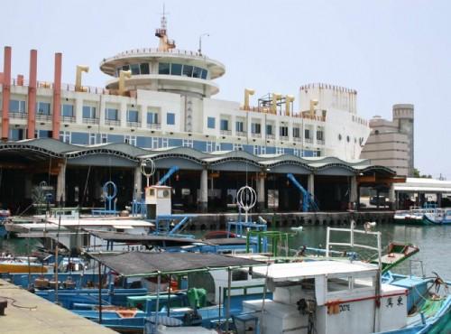 成功港口(新港漁港)-漁業大樓與岸邊的漁船