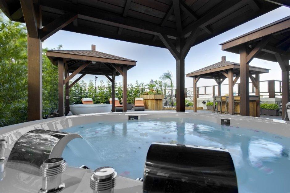 頂樓的空中花園設有峇里島式露天水池 / 台北花園大酒店 提供