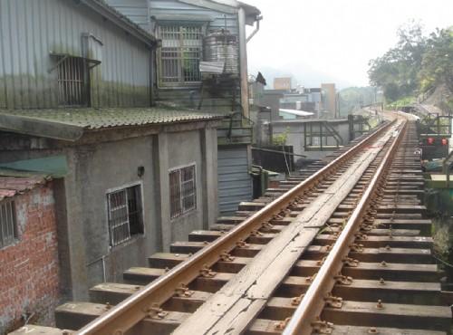 小火車就穿梭在住宅旁/meiyin
