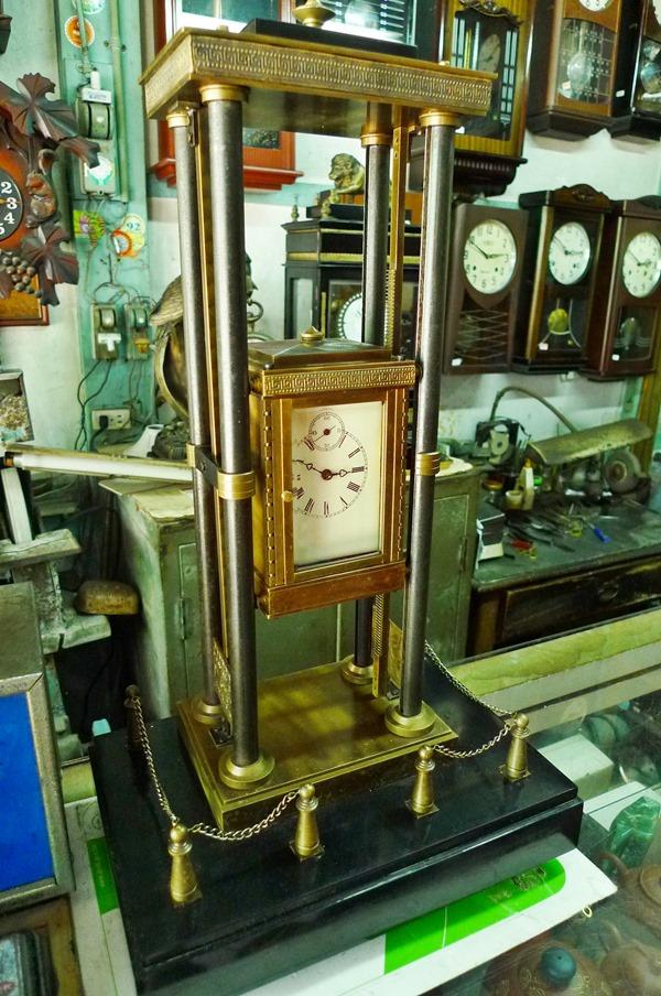菁寮老街上「瑞榮鐘錶店」內1982年的英國製時鐘是老闆收藏品之一  / Eva隨手拍