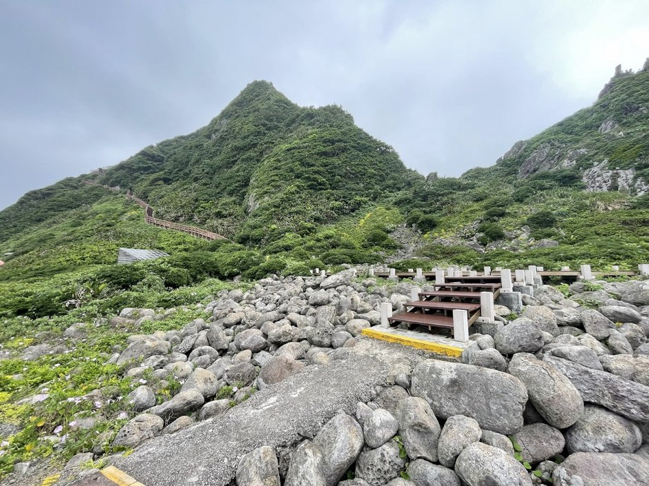基隆嶼有兩條步道,其中登山步道全長約740公尺,基隆島燈塔就位於步道終點 / Eva隨手拍