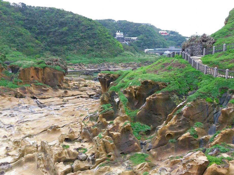 和平島屬沉降海岸,加上東北季風吹襲及海浪拍打,造就多種奇岩怪石的特殊地質 / Eva隨手拍