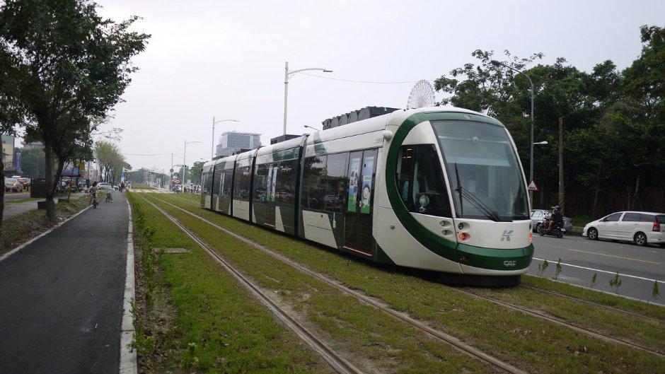 高雄輕軌結合捷運,暢遊高雄最便利/旅遊王攝影組提供