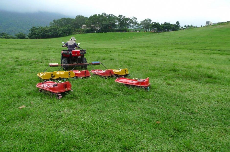 寬廣的大草原還可成為滑草場/Eva隨手拍