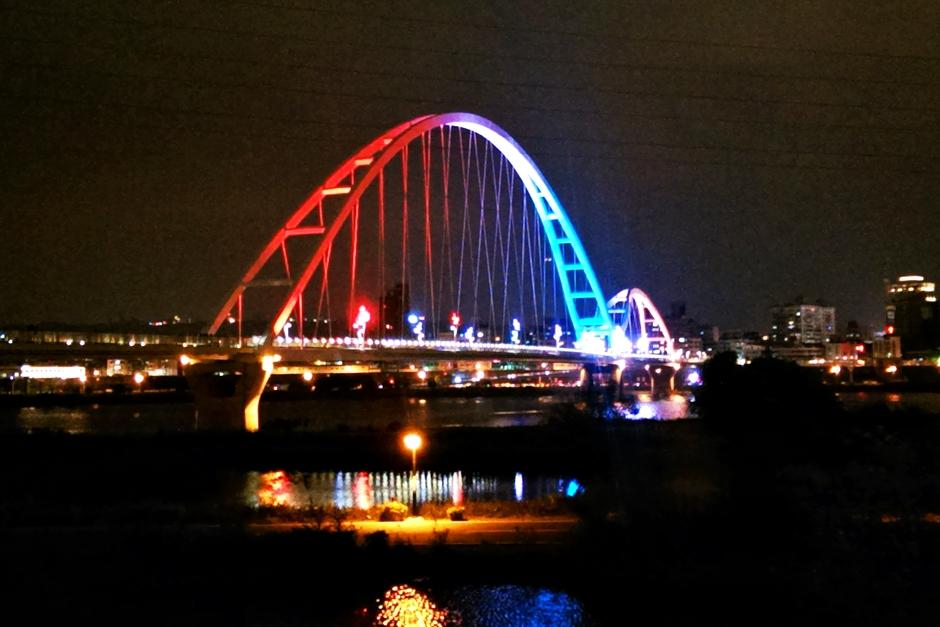 橫跨大漢溪的新月橋夜晚點燈後總吸引人駐足欣賞 / Eva隨手拍