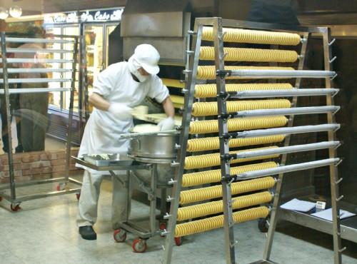 觀光工廠可近距離觀察蛋糕的製作過程/亞典蛋糕密碼館 提供