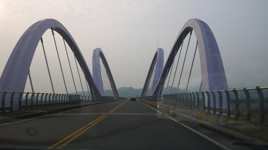 以紫斑蝶造型設計的茂林新威景觀大橋/Jacky