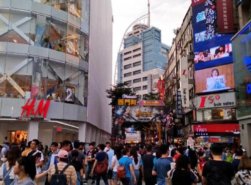 西門町不時充滿遊客及購物人潮/Lu