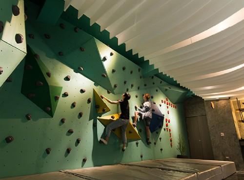 大廳的攀岩體驗場是飯店最大特色 / 花蓮山知道 提供