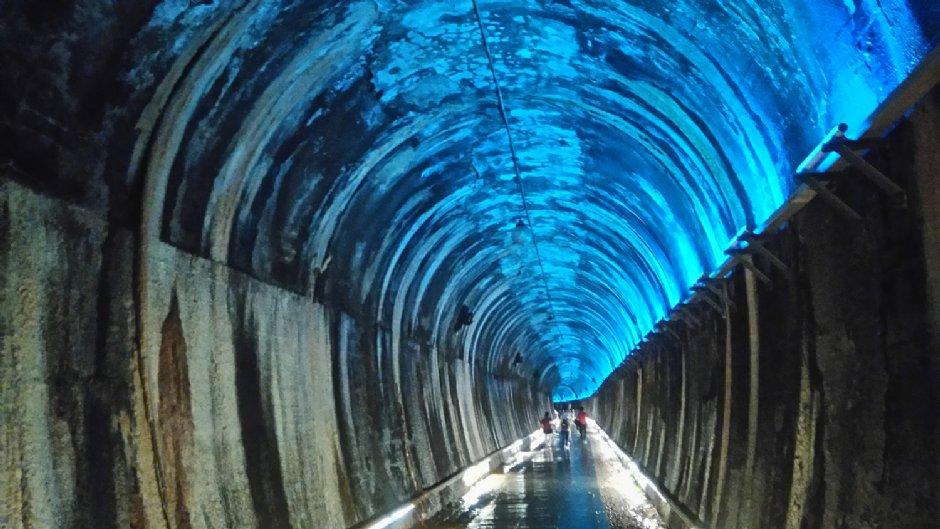 七彩燈光變換的隧道/Lu