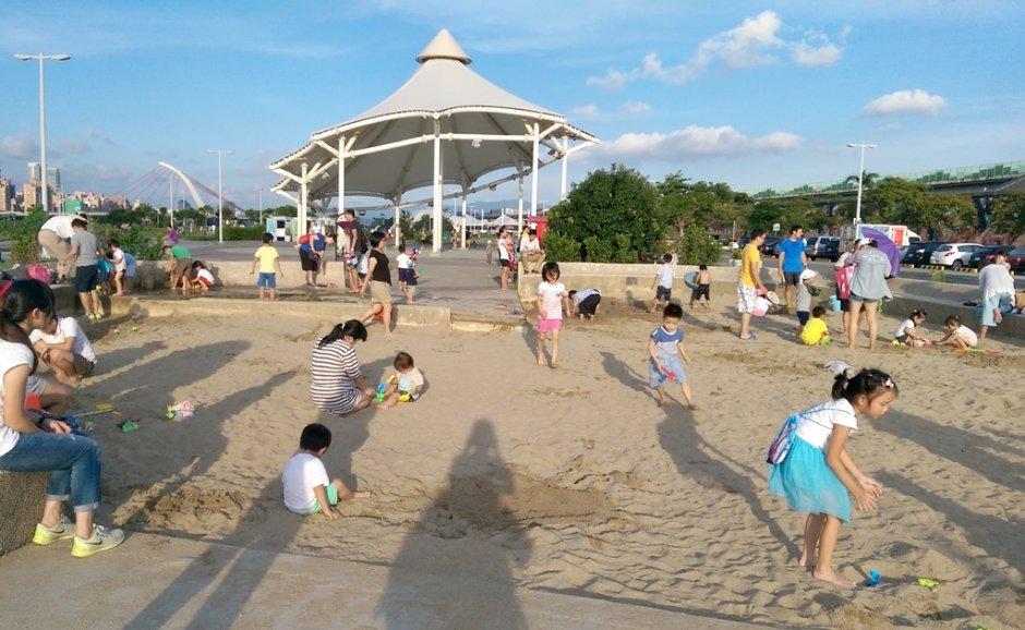 大佳河濱公園設置的沙坑是小朋友的幸福遊樂場 / zean